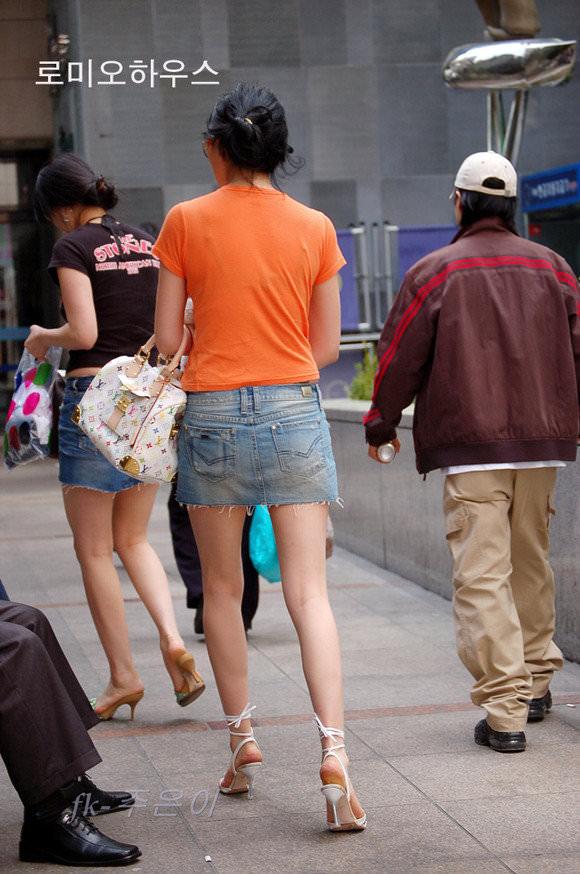 ミニスカの韓国人素人娘を街撮りした盗撮ポルノ画像 2232