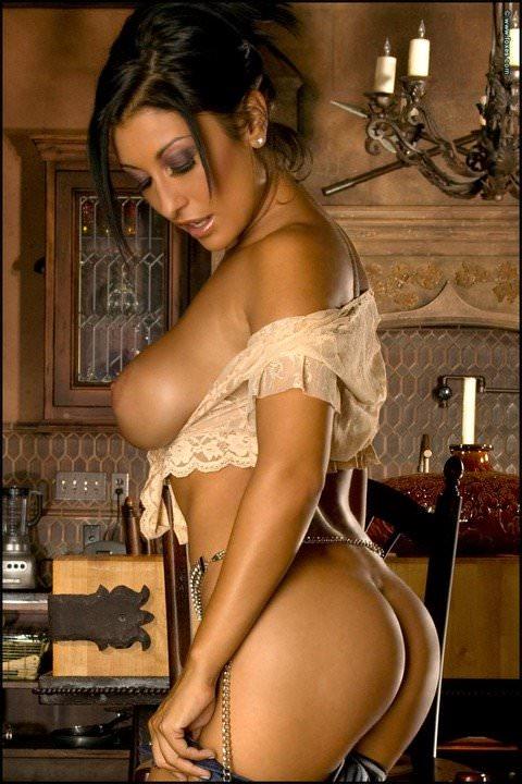 野生を感じる引き締まった美人な黒人女性のヌードポルノ画像 282