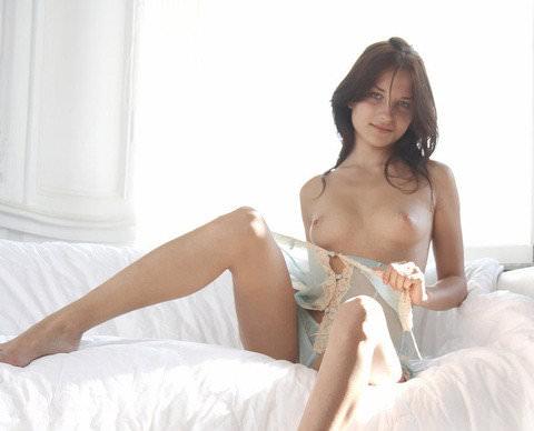 【外人】ベッドの上で裸で横たわる外人がめっちゃ美人なポルノ画像 33