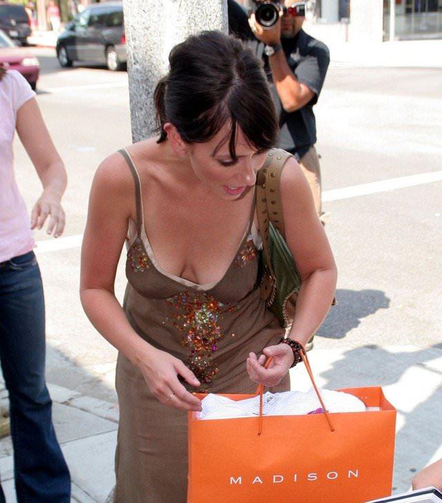 【外人】海外では当たり前な素人娘の街撮り胸チラおっぱいポルノ画像 55