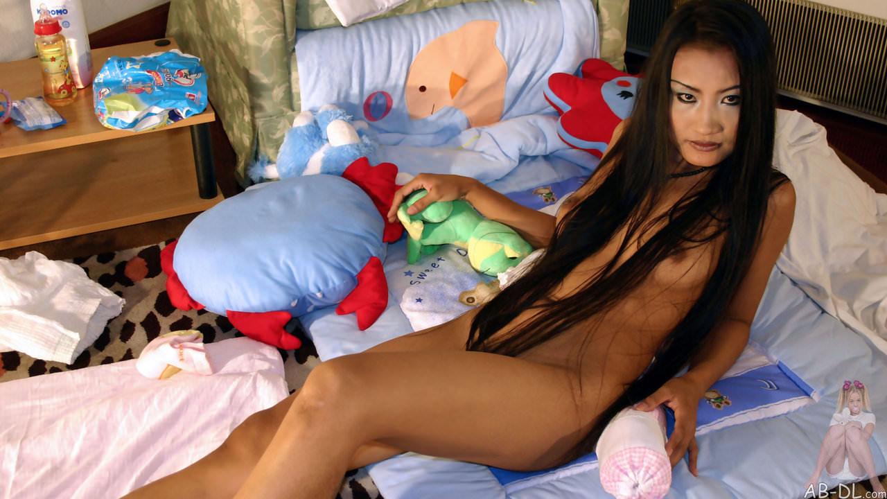 褐色肌に団子っ鼻の童顔娘アジアン美少女のヌードポルノ画像 555