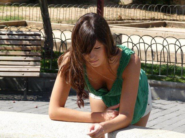 【外人】海外では当たり前な素人娘の街撮り胸チラおっぱいポルノ画像 66
