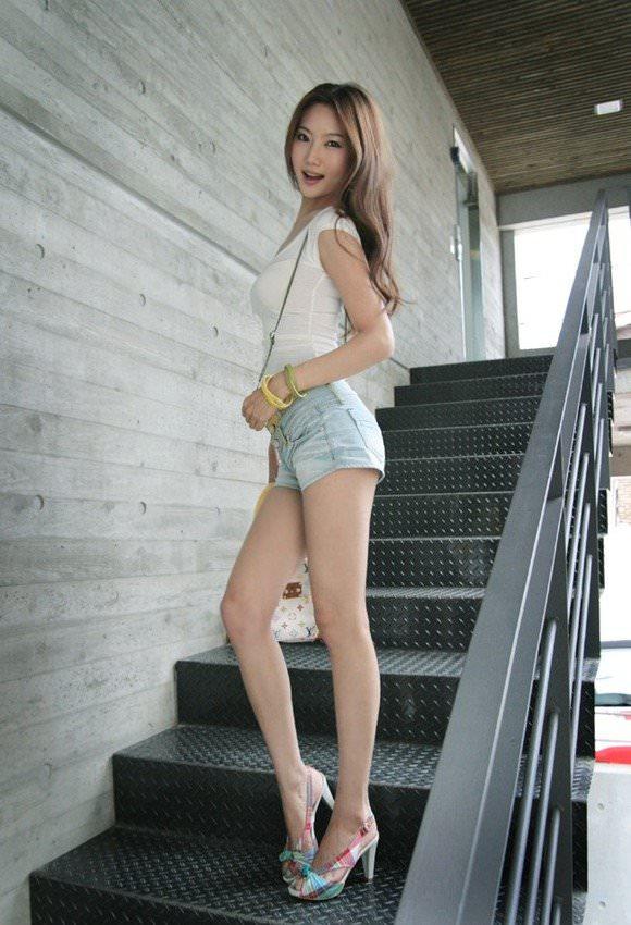 ミニスカの韓国人素人娘を街撮りした盗撮ポルノ画像 848