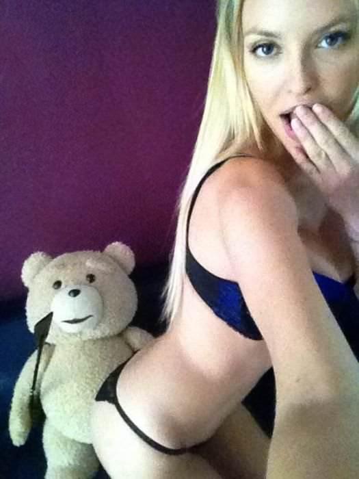 【外人】大胆さが魅力的なアメリカ人の素人お姉さんの自撮ポルノ画像 916