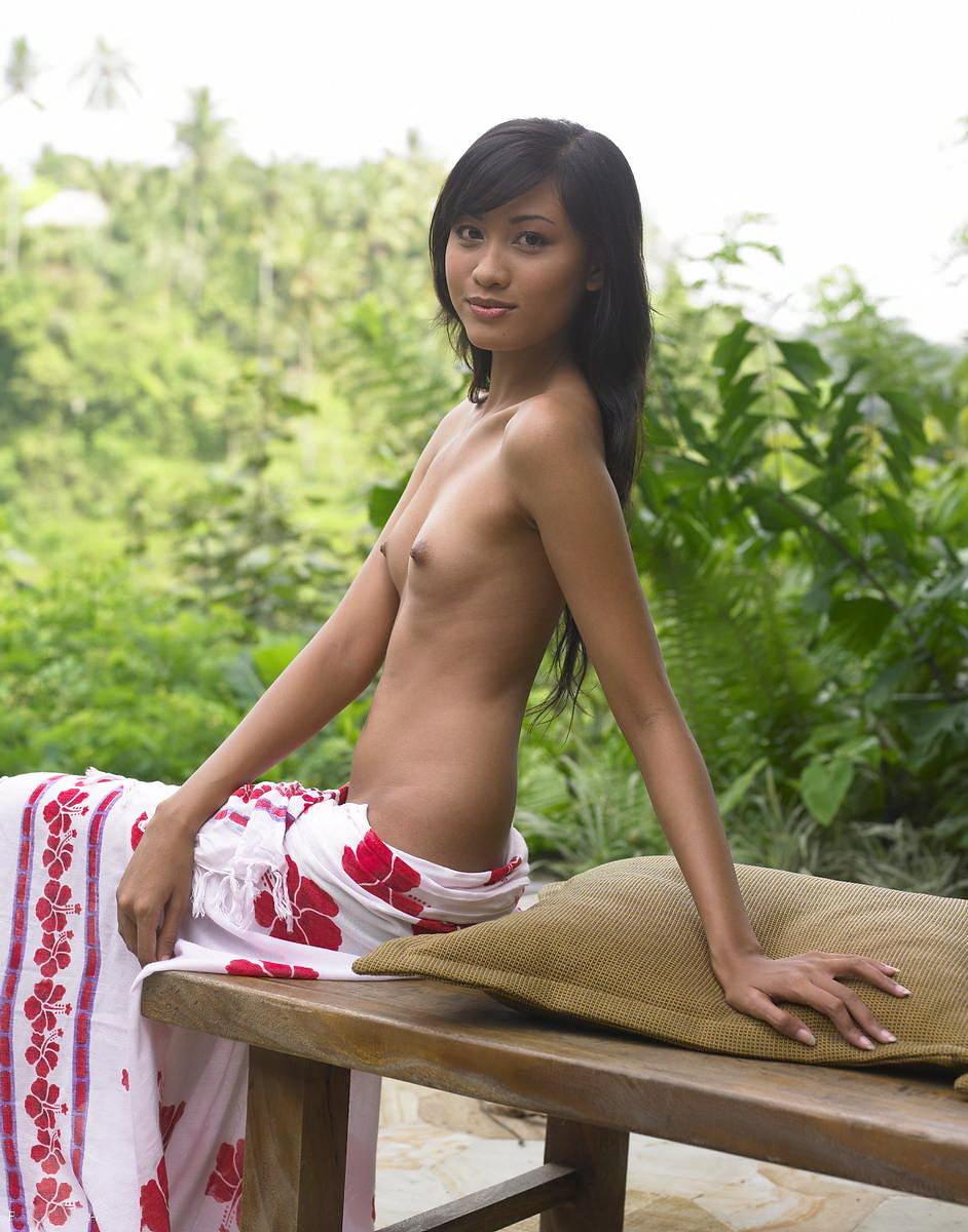 褐色肌に団子っ鼻の童顔娘アジアン美少女のヌードポルノ画像 955