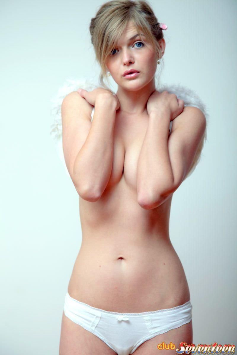 海外美女なのに巨乳だったり貧乳だったり様々なおっぱいの谷間のポルノ画像 965