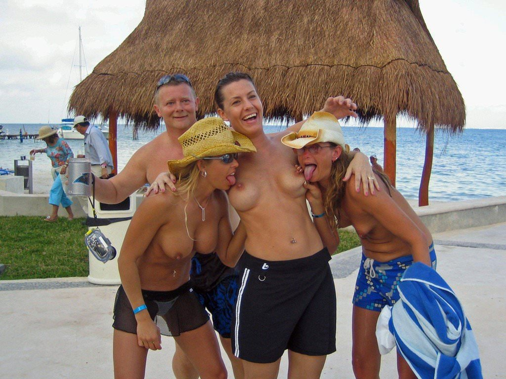 ビーチでバコバコセクロスしてるド変態カップルの素人ポルノ画像 101