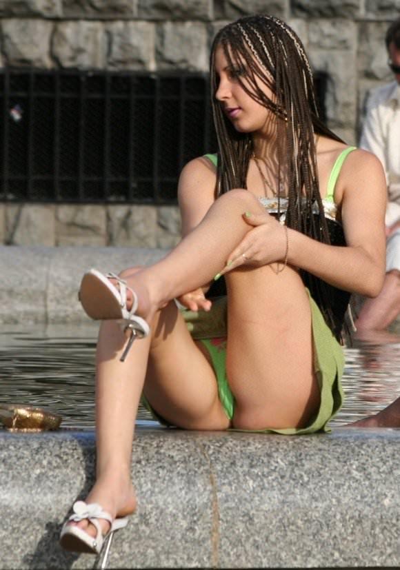 露出度半端ない海外美人のパンチラとかおっぱいの街撮りポルノ画像 1021