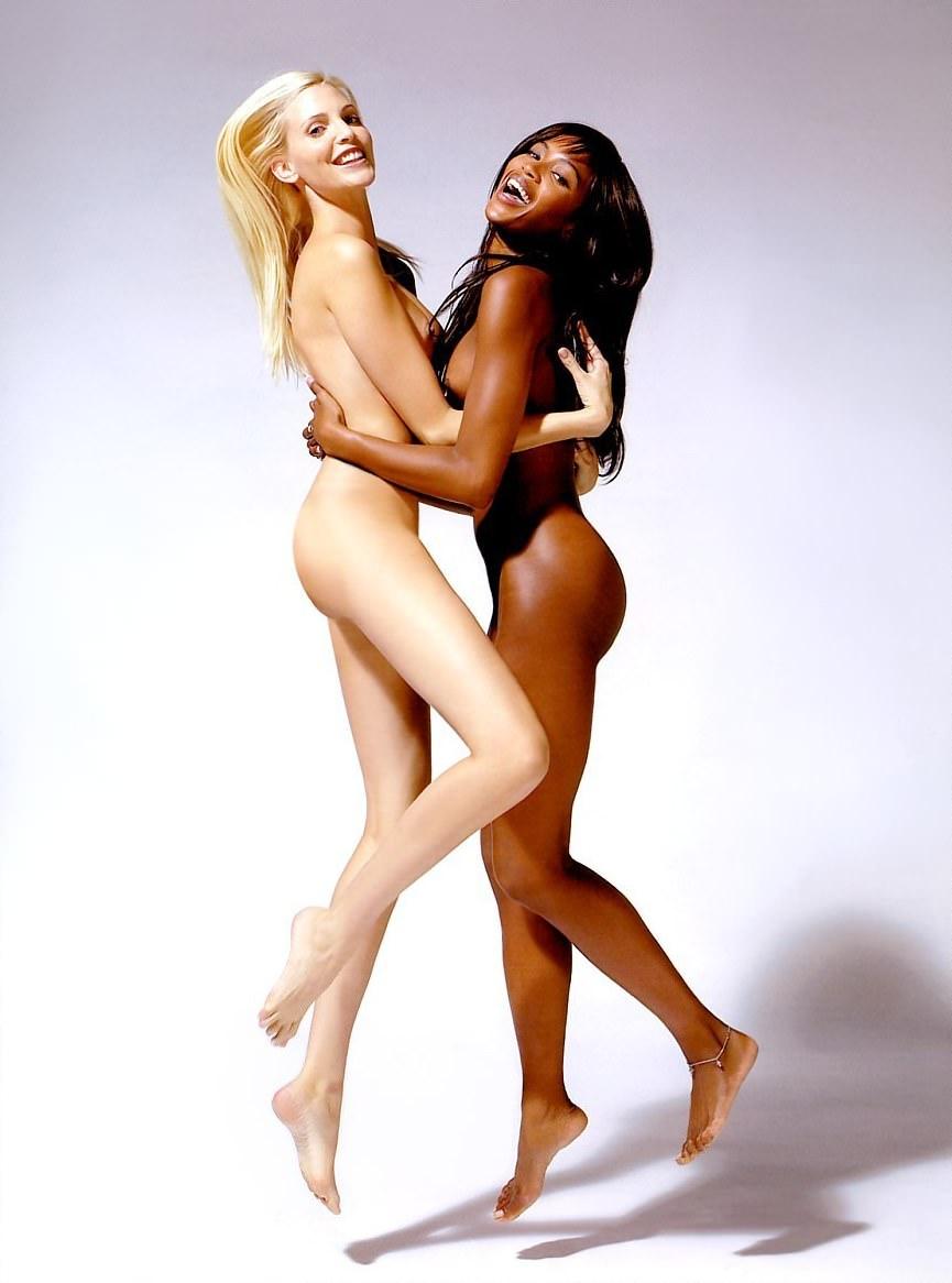白人美人たちが互いの素肌で感じ合うレズポルノ画像 104