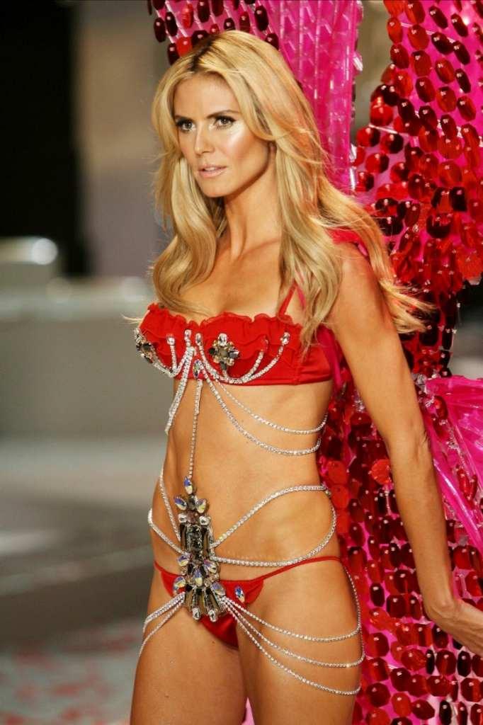 スーパーモデルのファッションショーがエロい下着の見本市と化してるポルノ画像 1107