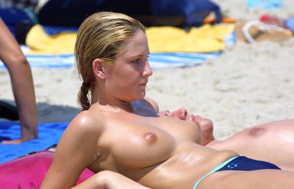 素人でも美乳だらけヌーディストビーチに居る海外美人のトップレスおっぱいポルノ画像 1111