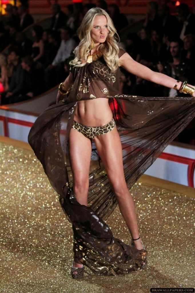 スーパーモデルのファッションショーがエロい下着の見本市と化してるポルノ画像 1127