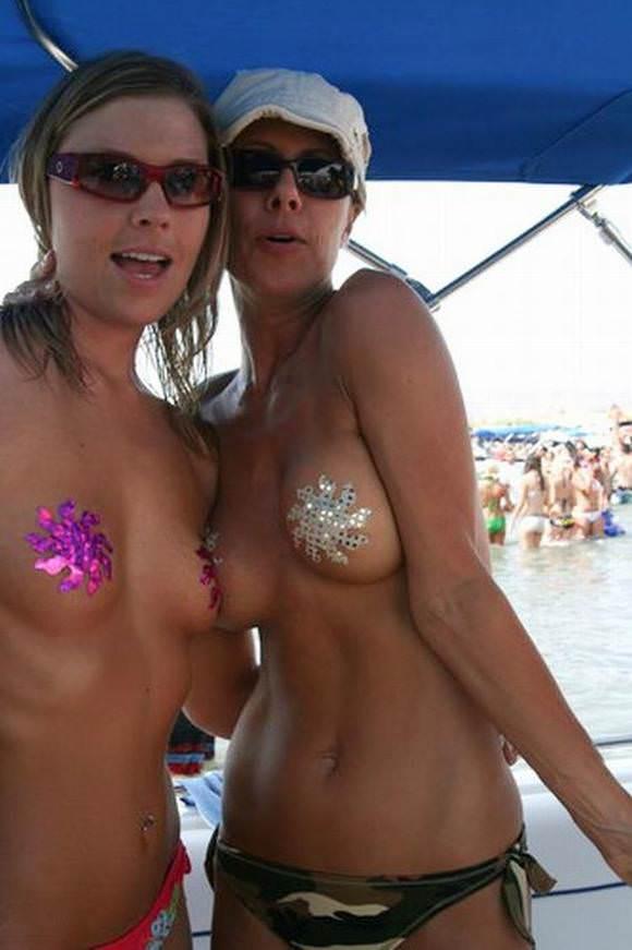 素人でも美乳だらけヌーディストビーチに居る海外美人のトップレスおっぱいポルノ画像 128