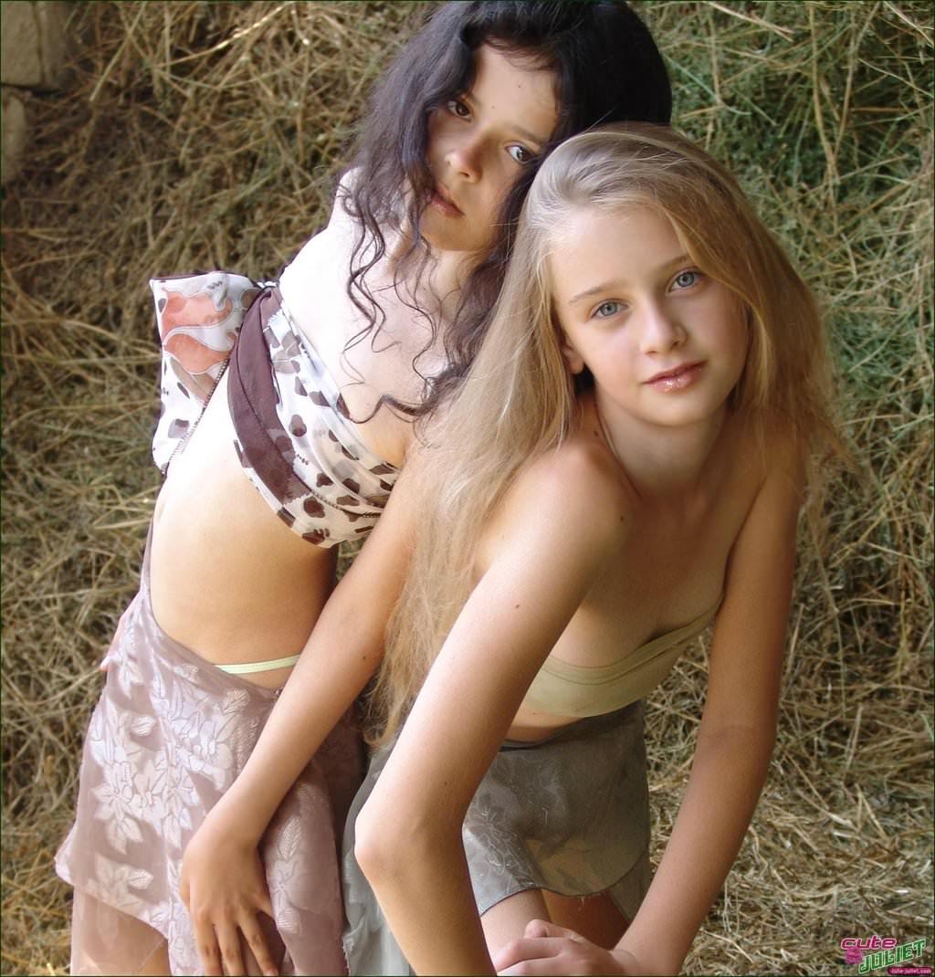 白人美人たちが互いの素肌で感じ合うレズポルノ画像 153