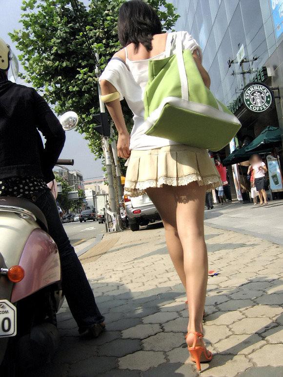 スラっとした生足がイヤらしい韓国人素人娘の街撮り盗撮ポルノ画像 1530