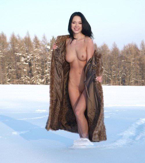 抜群のスタイルが純白の雪に生える野外露出ヌードポルノ画像 1531