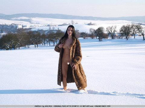 抜群のスタイルが純白の雪に生える野外露出ヌードポルノ画像 1631