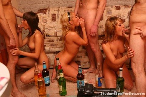 性に開放的な海外男女がそこら中で乱交パーティーしてるポルノ画像 187