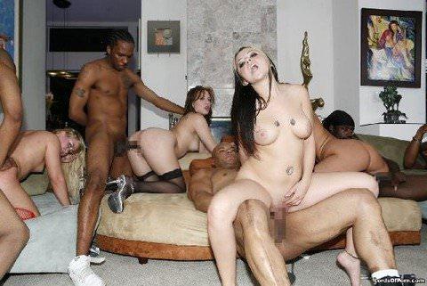 性に開放的な海外男女がそこら中で乱交パーティーしてるポルノ画像 197