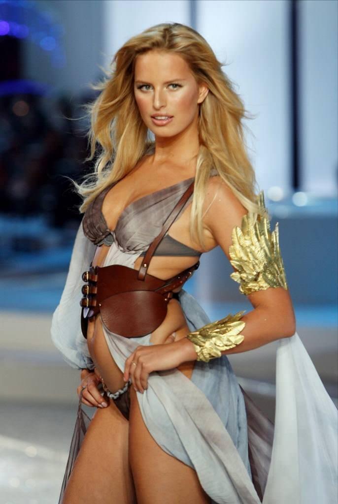 スーパーモデルのファッションショーがエロい下着の見本市と化してるポルノ画像 2020
