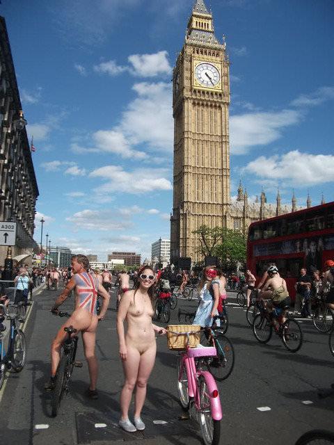 フルヌードで自転車漕いで気持ちが良さそうなヨーロッパの露出ポルノ画像 2028
