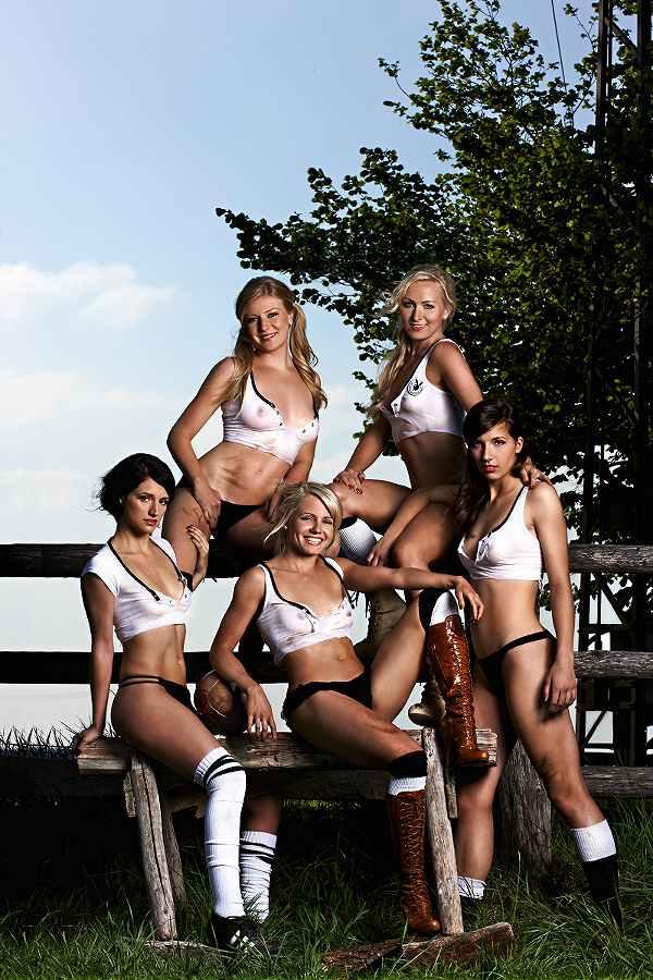 チームの活動資金を稼ぐためにヌードになったドイツ人美女たちのポルノ画像 2037