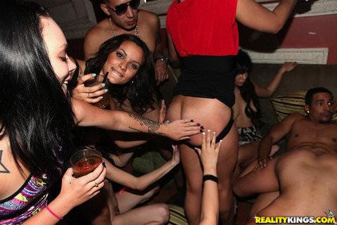 性に開放的な海外男女がそこら中で乱交パーティーしてるポルノ画像 2110