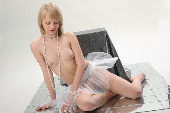 大人びた海外美人でも貧おっぱい乳のロリ娘がいるポルノ画像 2127