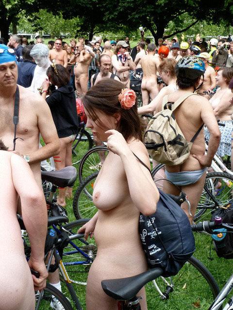 フルヌードで自転車漕いで気持ちが良さそうなヨーロッパの露出ポルノ画像 2132
