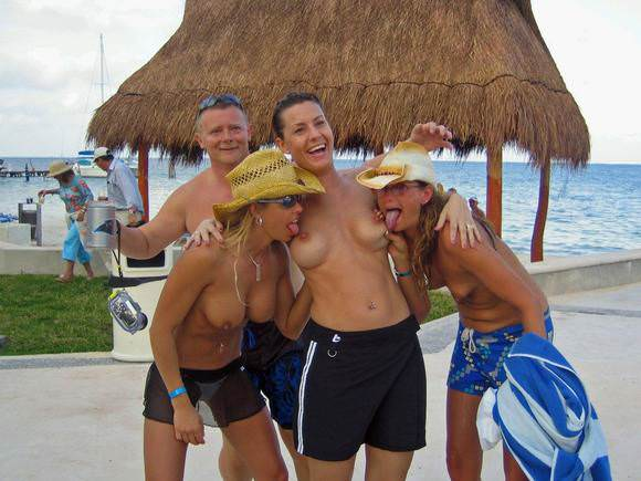 素人でも美乳だらけヌーディストビーチに居る海外美人のトップレスおっぱいポルノ画像 215