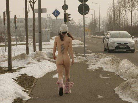 抜群のスタイルが純白の雪に生える野外露出ヌードポルノ画像 2227