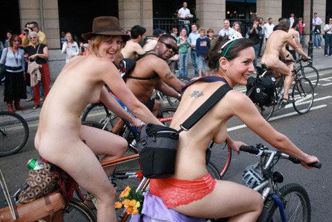 フルヌードで自転車漕いで気持ちが良さそうなヨーロッパの露出ポルノ画像 2327