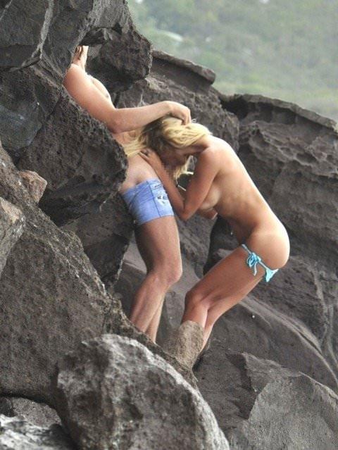 ビーチでバコバコセクロスしてるド変態カップルの素人ポルノ画像 26