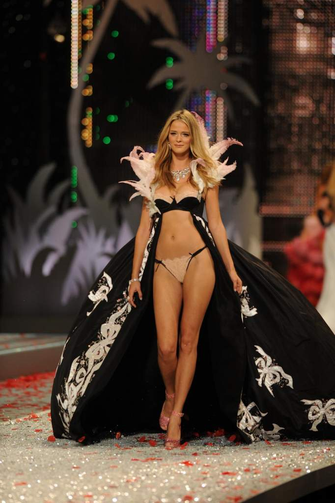 スーパーモデルのファッションショーがエロい下着の見本市と化してるポルノ画像 268