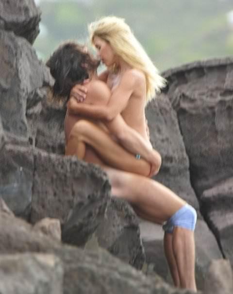 ビーチでバコバコセクロスしてるド変態カップルの素人ポルノ画像 31
