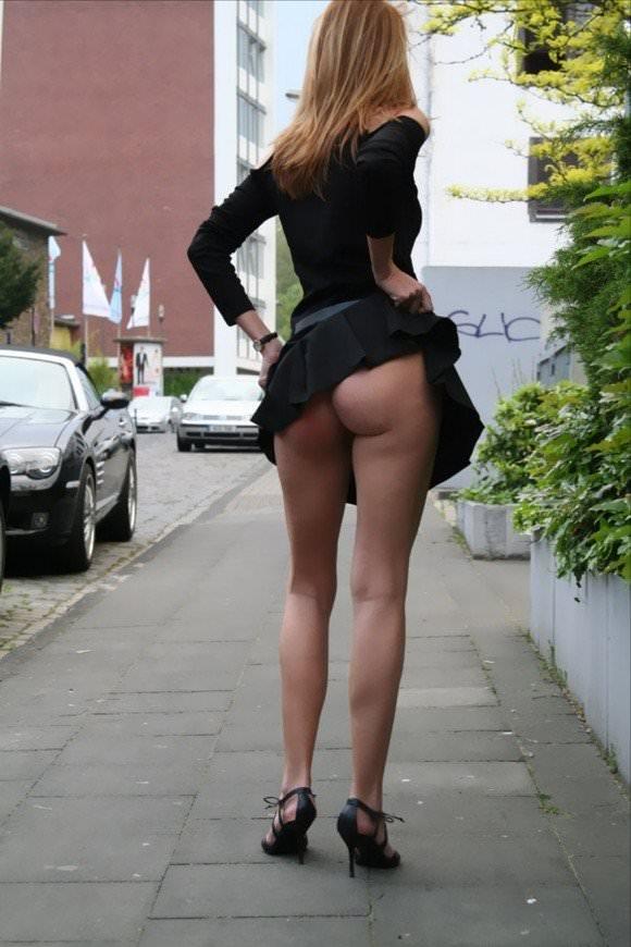 露出度半端ない海外美人のパンチラとかおっぱいの街撮りポルノ画像 321