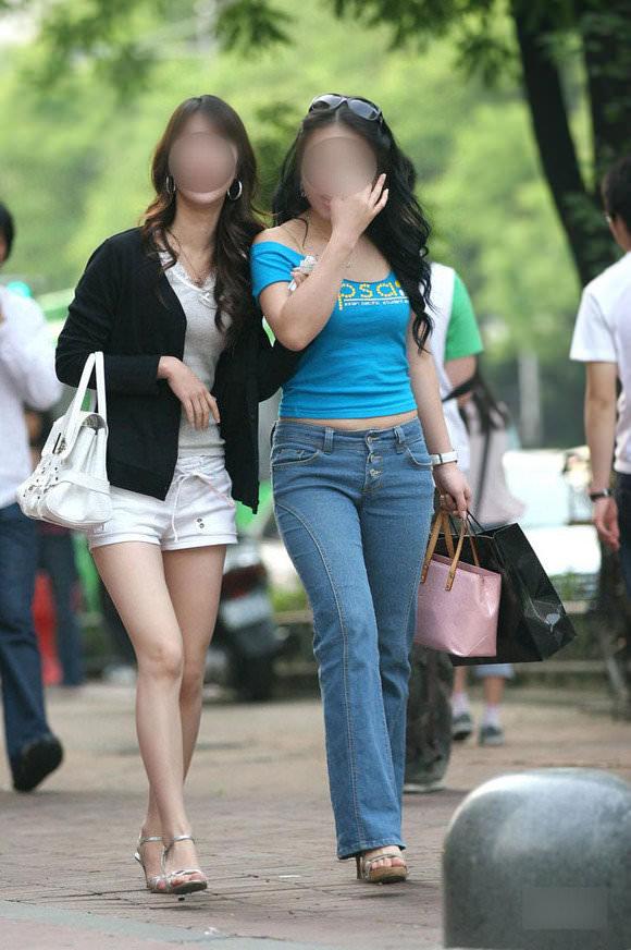 スラっとした生足がイヤらしい韓国人素人娘の街撮り盗撮ポルノ画像 331
