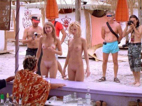 ヌーディストビーチには可愛い素人巨乳ちゃんが多すぎるポルノ画像 425