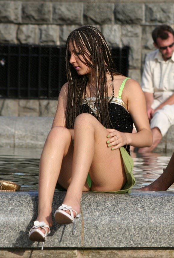 露出度半端ない海外美人のパンチラとかおっぱいの街撮りポルノ画像 521
