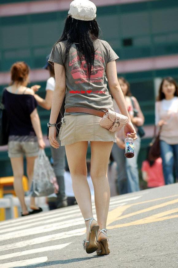 スラっとした生足がイヤらしい韓国人素人娘の街撮り盗撮ポルノ画像 531