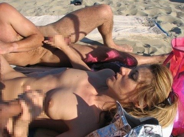 ビーチでバコバコセクロスしてるド変態カップルの素人ポルノ画像 71