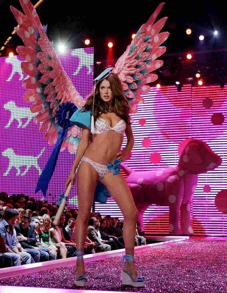 スーパーモデルのファッションショーがエロい下着の見本市と化してるポルノ画像 724
