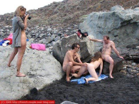 ビーチや海岸でお構いなしにセックスしちゃってる外人さん達の露出ポルノ画像 739
