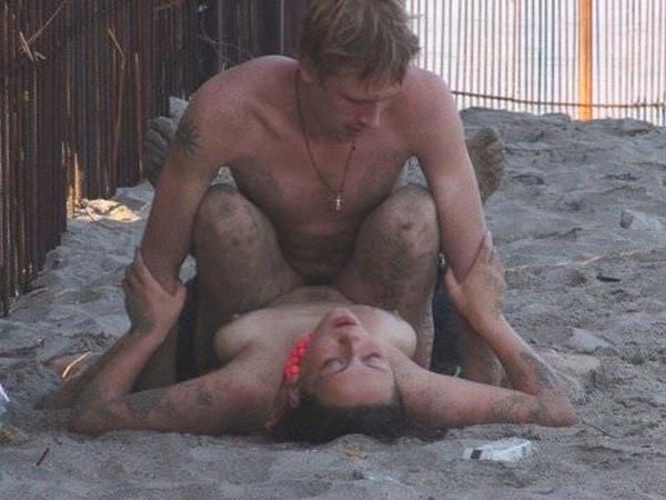 ビーチでバコバコセクロスしてるド変態カップルの素人ポルノ画像 81