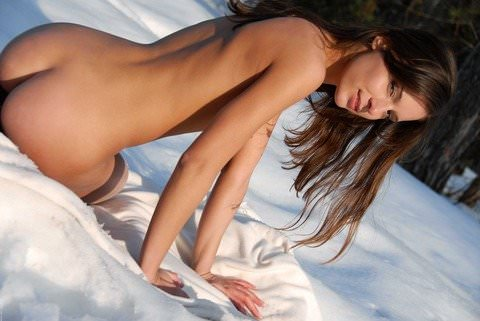 抜群のスタイルが純白の雪に生える野外露出ヌードポルノ画像 832
