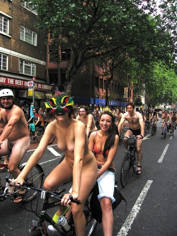 フルヌードで自転車漕いで気持ちが良さそうなヨーロッパの露出ポルノ画像 833
