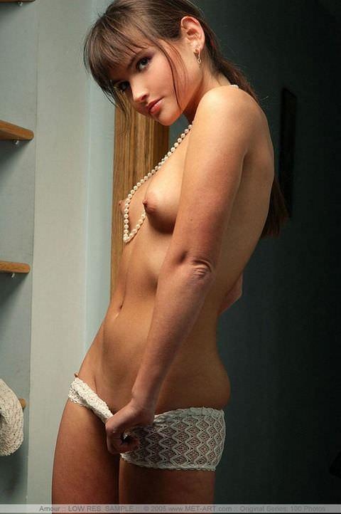 ロリ顔の可愛い娘には貧乳おっぱいが多いのが良く分かるポルノ画像 851