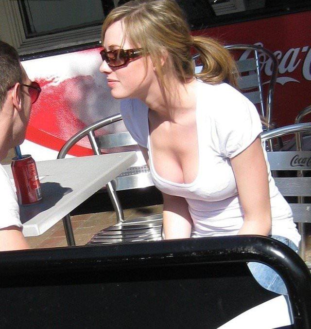ノーブラがデフォな巨乳ちゃんの胸チラ乳首見えしてるポルノ画像 913