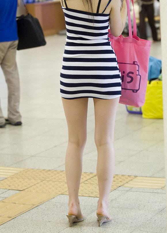 スラっとした生足がイヤらしい韓国人素人娘の街撮り盗撮ポルノ画像 931