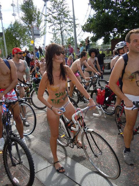 フルヌードで自転車漕いで気持ちが良さそうなヨーロッパの露出ポルノ画像 933